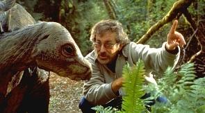 Spielberg-dirigiendo-a-un-dinosaurio